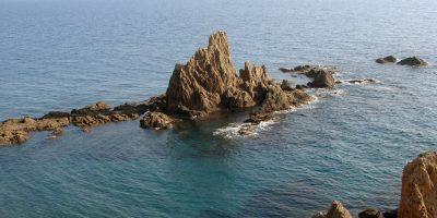 Mirado del arrecife las sirenas en cabo de gata en almeria